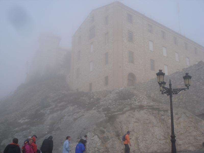 El Santuario del Pueyo entre la niebla