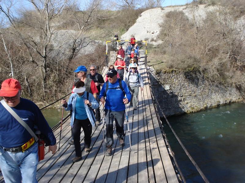 Cruzando el Gállego por el puente de Las Pilas