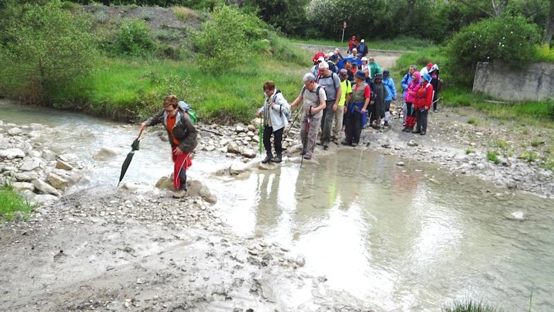 Cruzando el río Basa