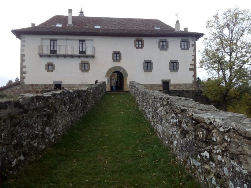 La ermita de Muskilda desde el camino del vía crucis